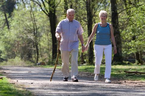 栄養Topics【よく歩く高齢者は肺炎での死亡リスクが低くなる】